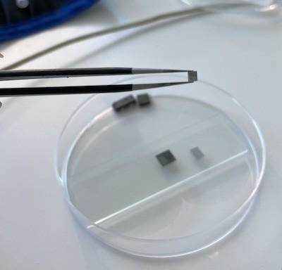 Кремниевый кристалл, извлеченный из эпоксидной оболочки