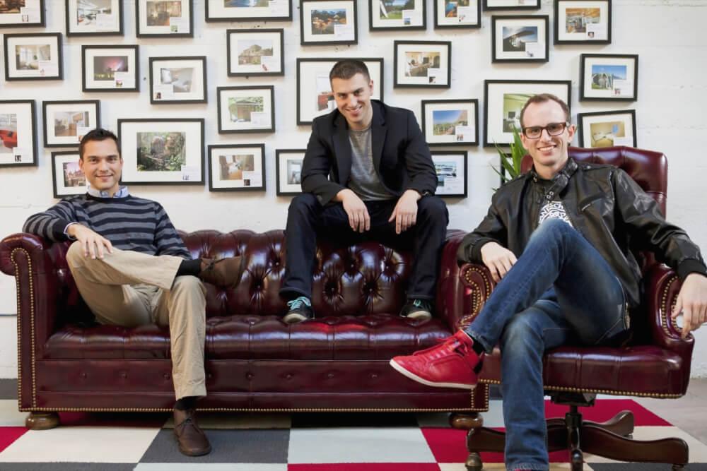 Светлые и прекрасные лица основателей Airbnb, слева направо: Джо Геббиа, Брайан Чески, Натан Блечарчик.