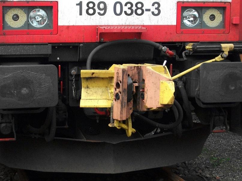 C-AKv на локомотиве DB BR189 за номером 038-3 крупным планом. Такие же локи DB Schenker мучает уже 10-й год. Дырки внутри сцепки — пневмо- и электроконтакты