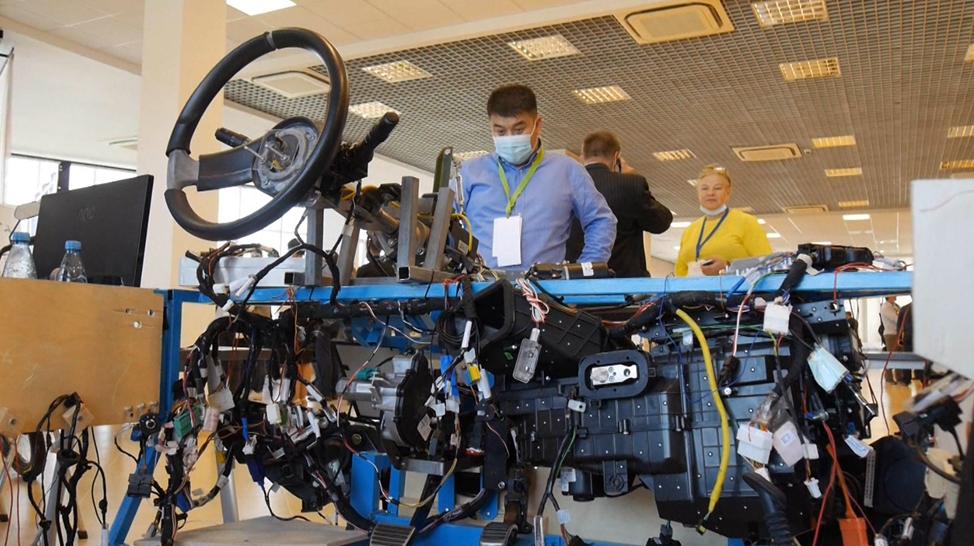 Стенд электронной архитектуры электромобиля компании Ладуга, представленный совместно с СПбПУ на Инжиниринговом форуме-2020 в Тольятти.