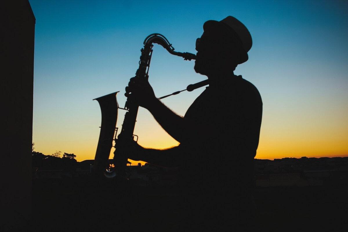 I love listening to jazz. Я люблю слушать джаз.