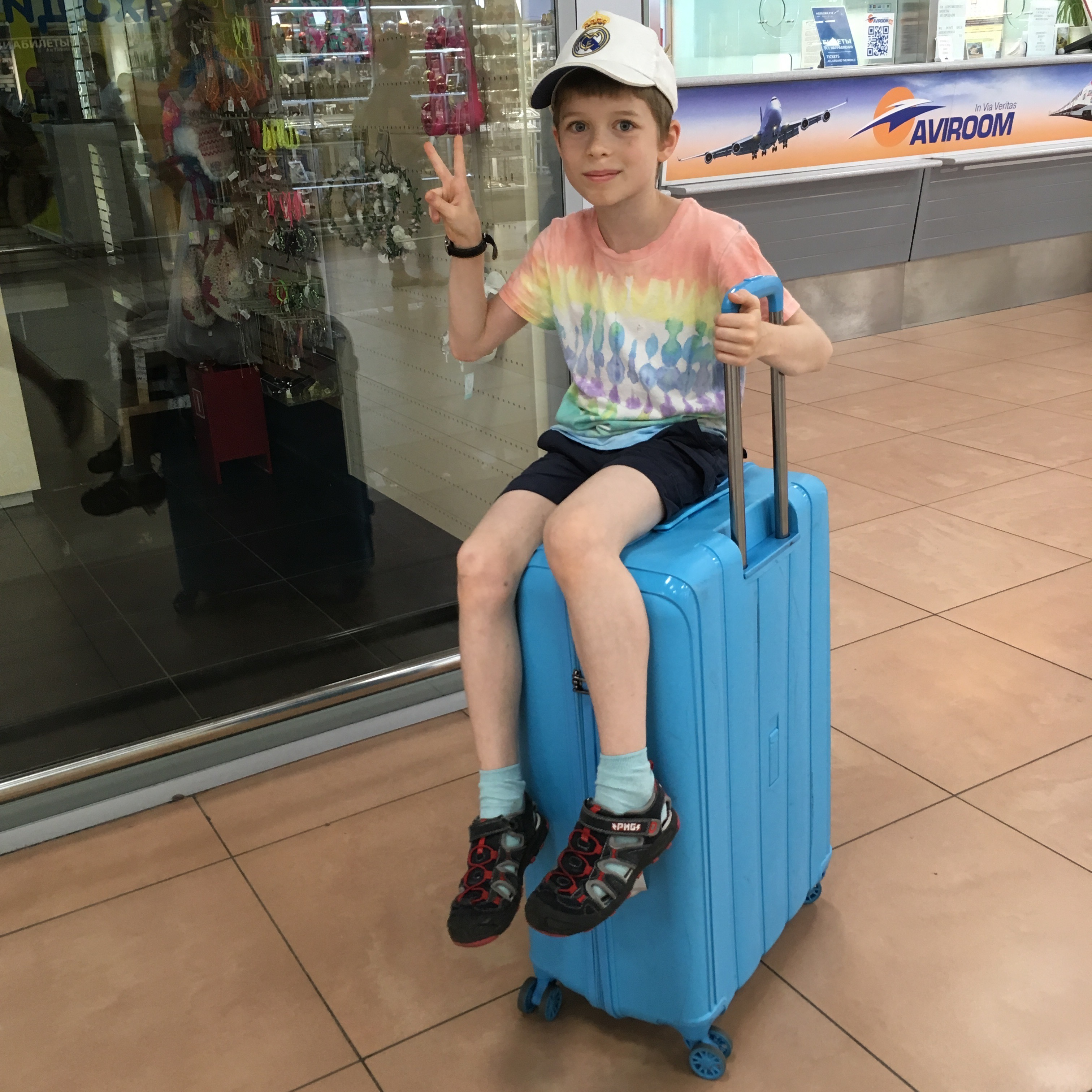 На фото: мой сын, которому год после переезда на чужбину пришлось жить на чемодане. Грустноватый вид у парня.