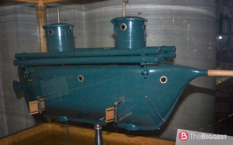 Макет подводной лодки Шильдера. Трубы в верхней части лодки — направляющие для пуска ракет.