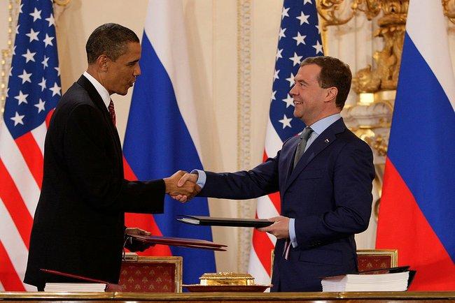 Барак Обама и Дмитрий Медведев на подписании СНВ-3 в Праге 8 апреля 2010 г. Фото: Википедия