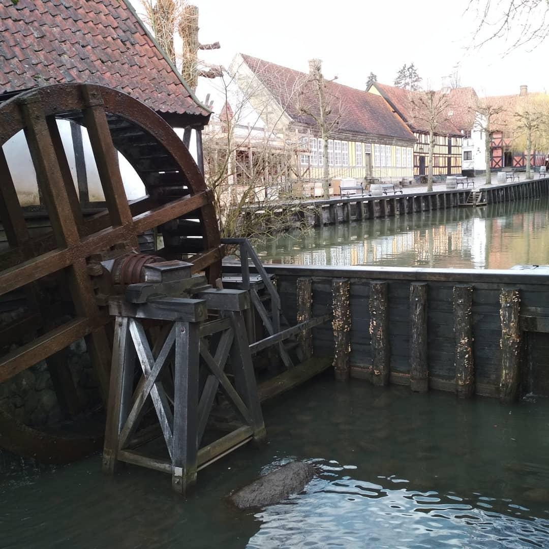 Старое водяное колесо в музее Den Gamle By.
