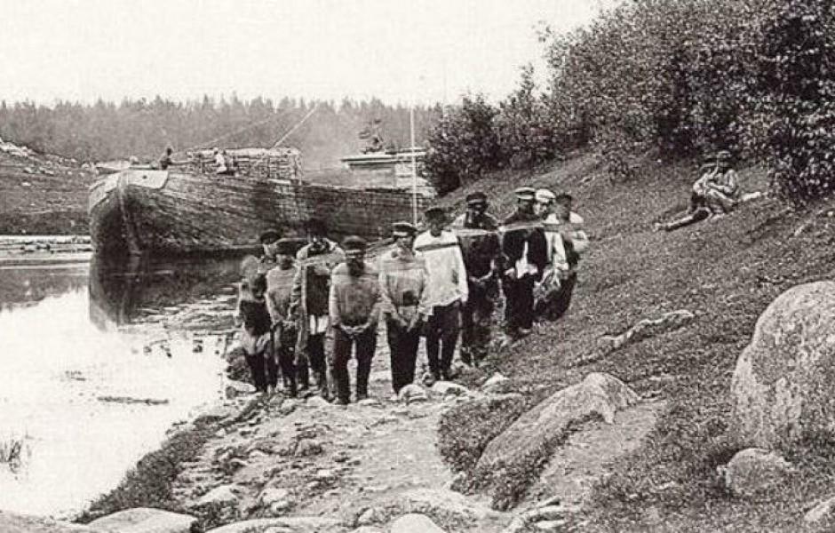 Бурлаки, Россия, XX век. Даже при развитых железных дорогах потребность в бурлаках не была изжита полностью еще в прошлом веке.
