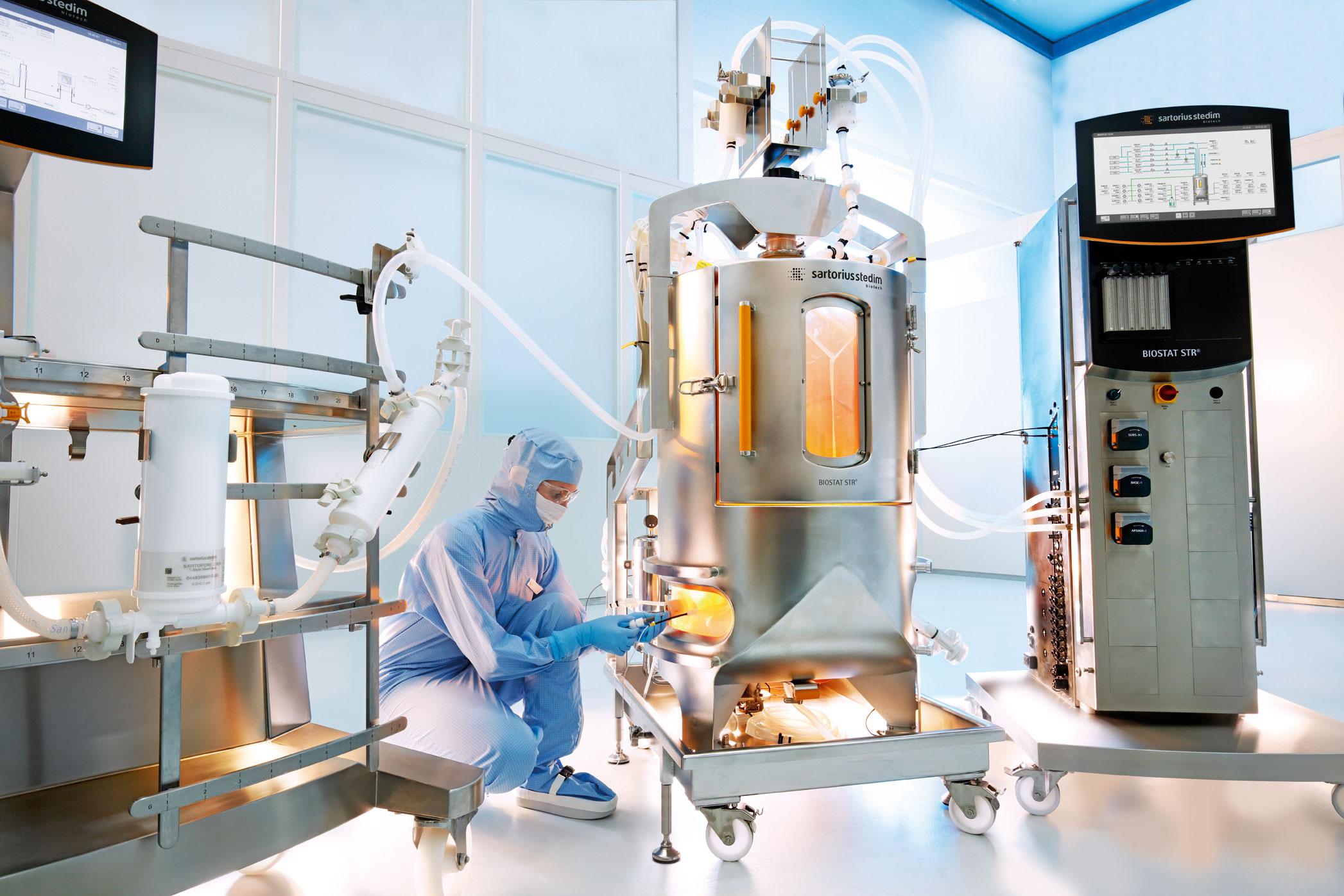 Контролированием содержания веществ  в биореакторе может заниматься всего один обученный человек.