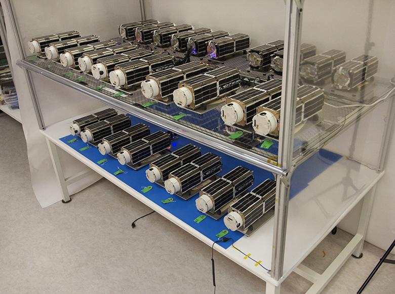 Спутники Dove ожидают своей очереди к запуску на складе PlanetLabs