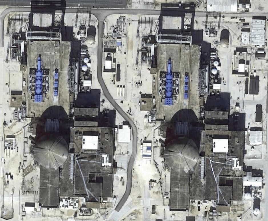 АЭС South Texas Project, один из блоков которой был отключен из-за замерзания датчика. Синим видны турбины на машзалах.