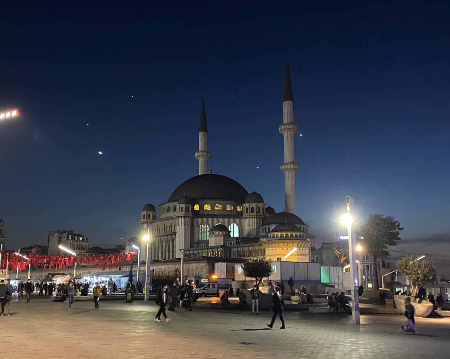 Мечеть рядом с метро Taksim. В Стамбуле таких много