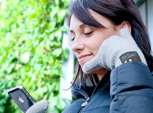«Умные» перчатки hi-Call итальянской компании hi-Fun. В них вшиты Bluetooth-гарнитура, многофункциональная кнопка, динамик на большом пальце и микрофон на мизинце