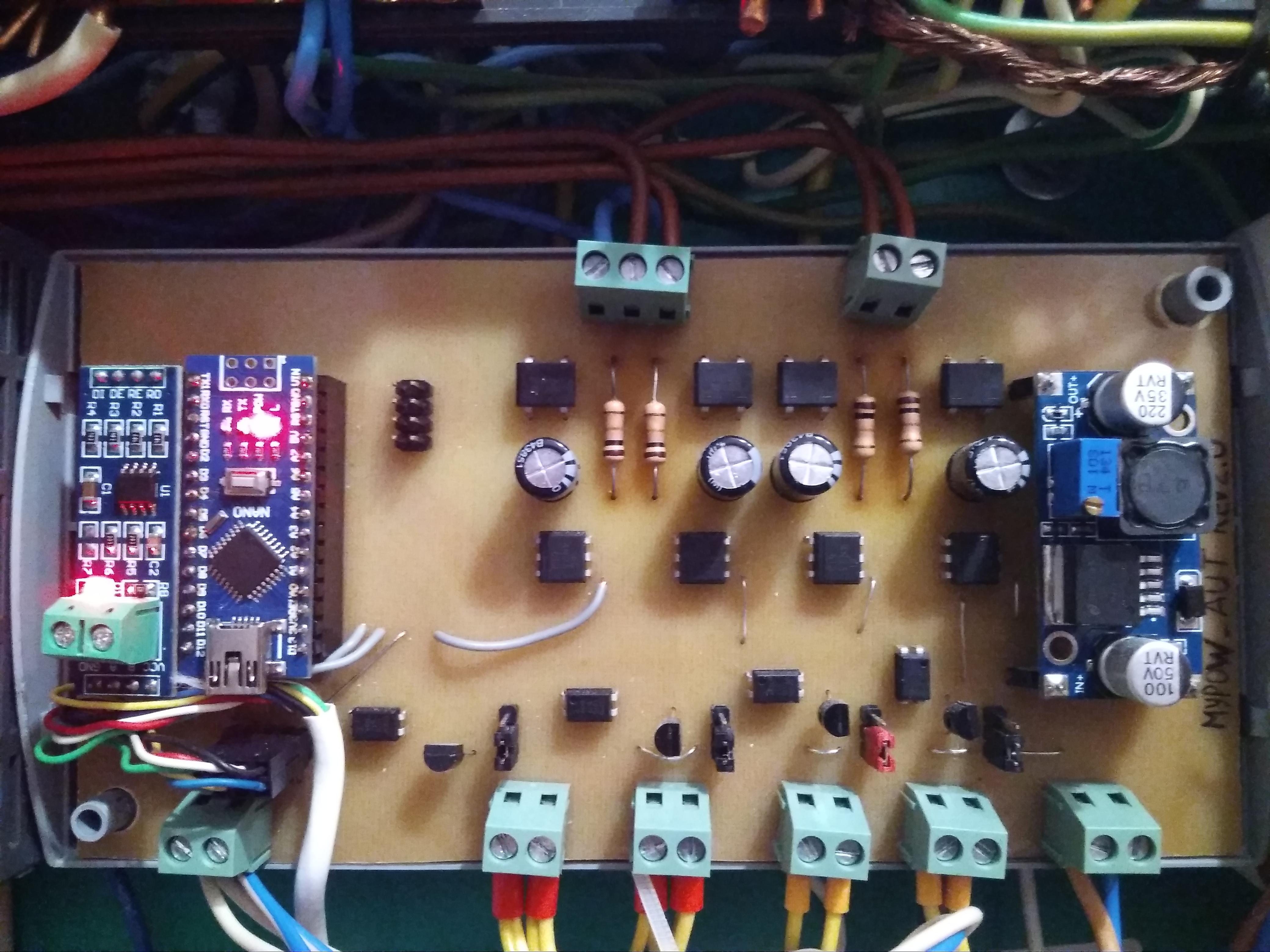 Плата блока управления электропитанием. Вверху клеммы каналов замера напряжения 220В, внизу разъемы RS-485, управляющие каналы и 12В разъем питания