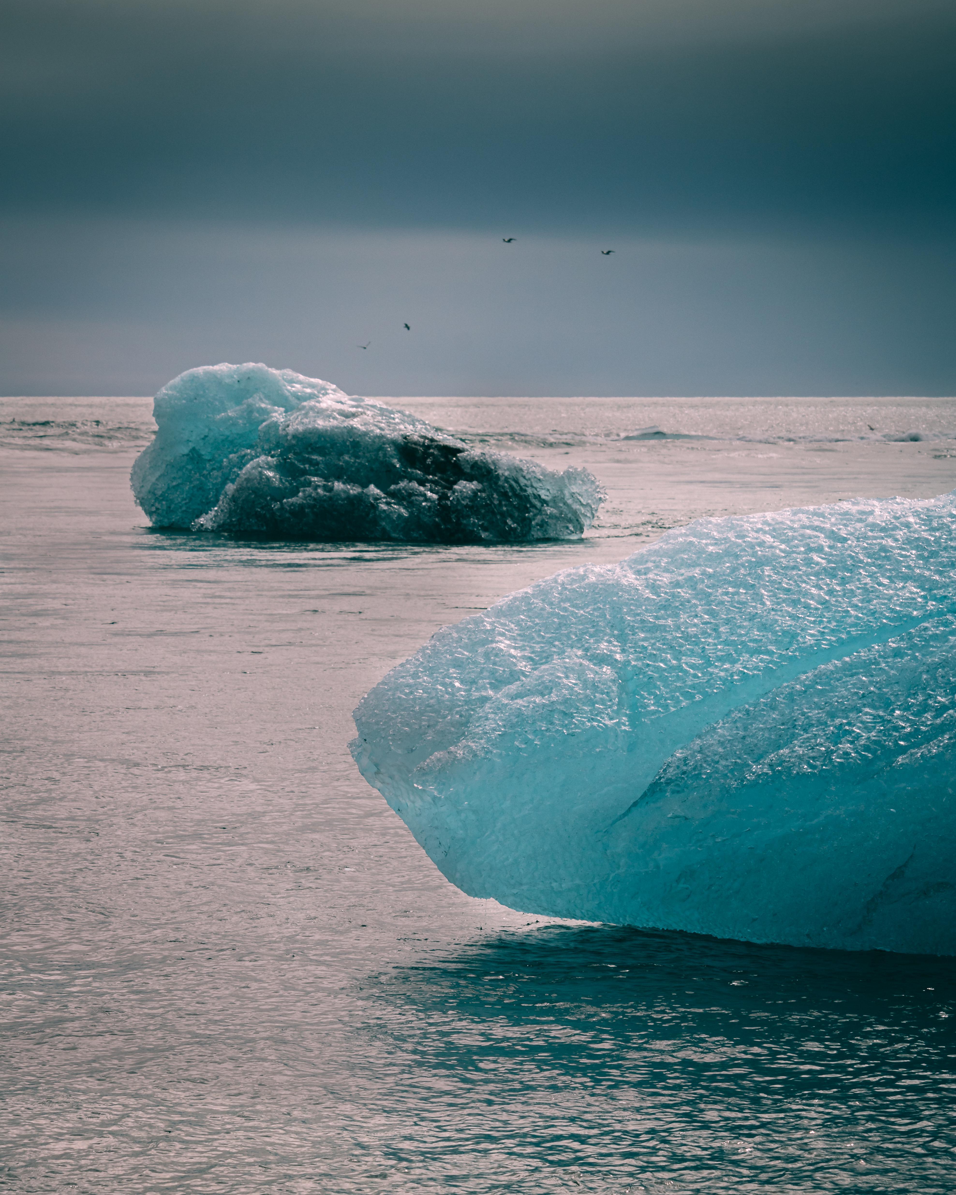['far-away horizon', 'natural', 'natural light', 'outdoor', 'iceberg', 'ocean', 'boating', 'open area']