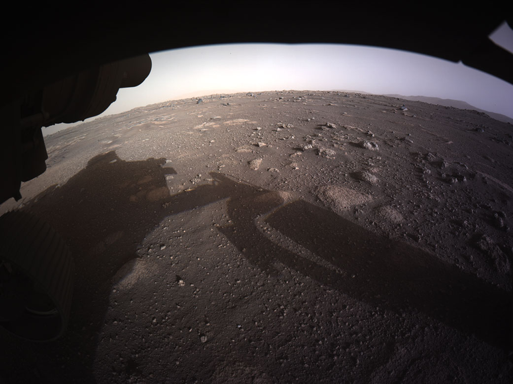 Первое цветное изображение с высоким разрешением, отправленное с помощью камер Hazard на нижней стороне марсохода