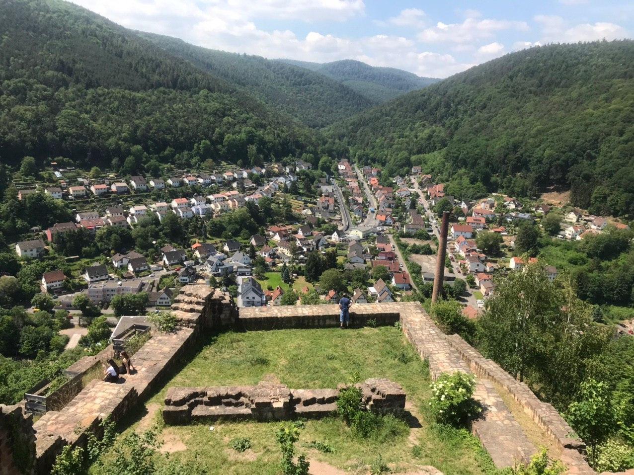 Типичный для юга Германии ландшафт. Север более плоский и домики кирпичные