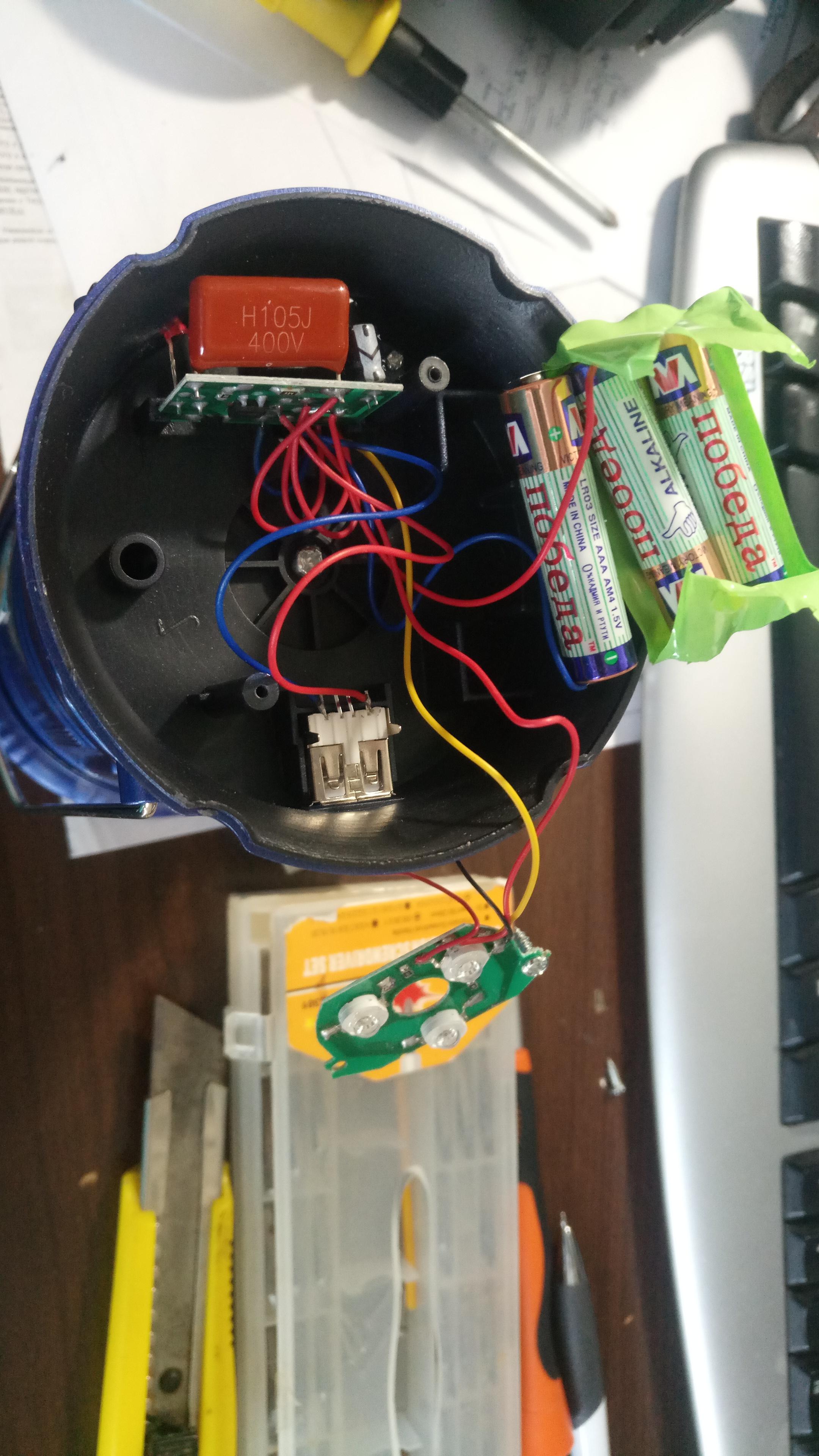 плата слева - зарядник от 220в, usb - выход от этих же батареек.
