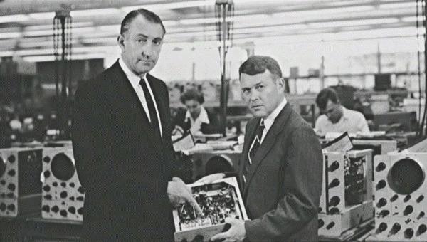 Изображение №11. Основатели компании Hewlett Packard Дэвид Паккард (1912 – 1996) слева и Уильям Хьюлетт (1913 – 2001) справа на заводе по производству осциллографов