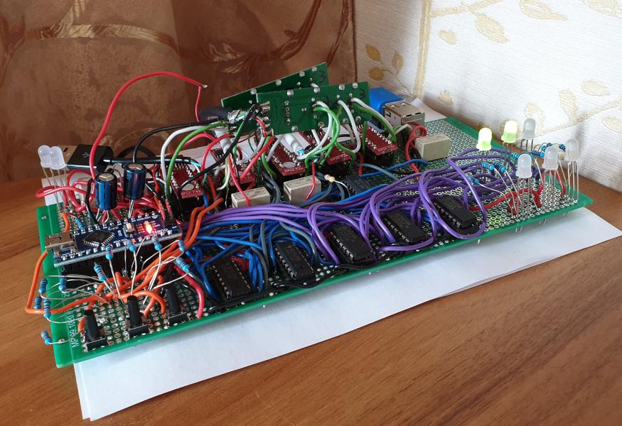 Вторая макетка - добавились реле и дополнительные светодиоды в левом верхнем углу