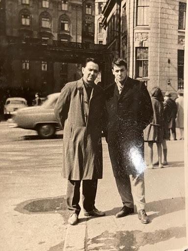 Анатолий Шалыто с отцом на фоне Дома Бенуа на Кировском проспекте Ленинграда, около 1968 года. Фото из семейного архива