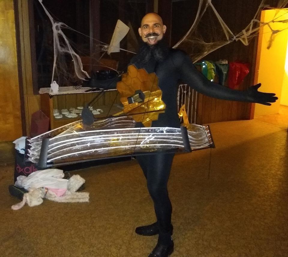 На Хэллоуин – 2019 астрофизик Итан Сигел оделся как космический телескоп Джеймса Уэбба.
