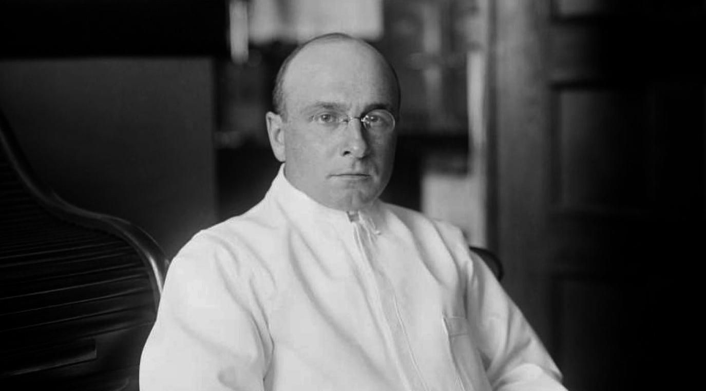 Алексис Каррел — французский хирург, биолог,  патофизиолог, лауреат Нобелевской премии  по физиологии и медицине в 1912 году.  В 1924 и 1927 годах избирался членом-корреспондентом и почётным членом АН СССР.