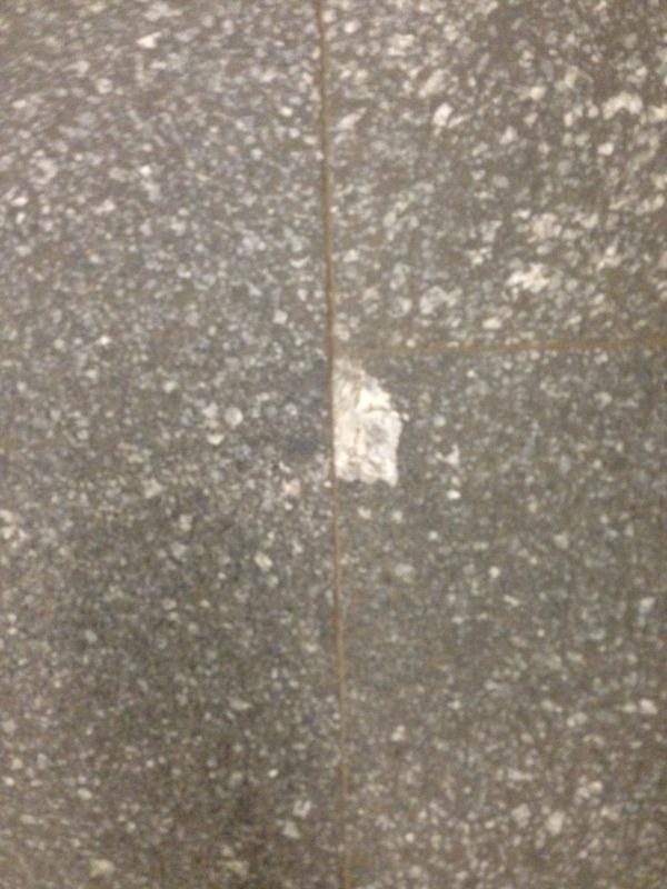 кусок гранита в метро