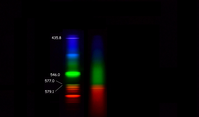 Слева спектр калибровочной лампы. По центру спектр пламени