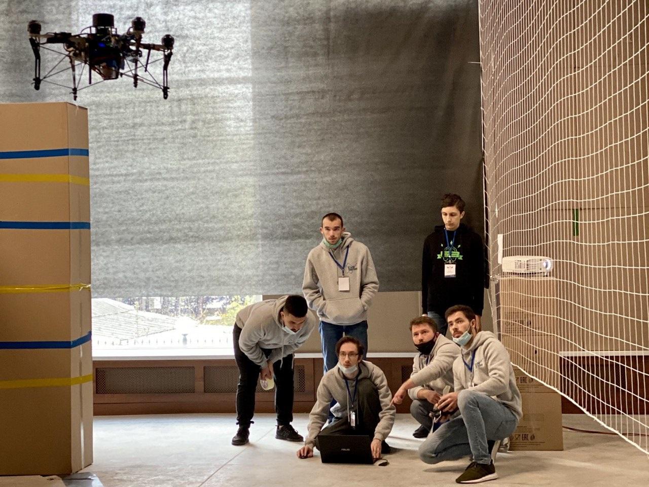 Дрон и команда ИЦ ИУ РАН и Fast Sense Studio (Москва) с нашим шпионом