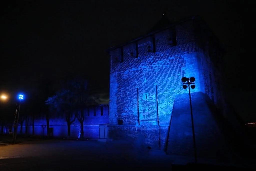 2 апреля во всех странах мира известные архитектурные сооружения и арт-объекты подсвечивают синим цветом - символом аутизма и РАС. На картинке - подсвеченный Нижегородский кремль, источник - сайт https://nizhny800.ru/