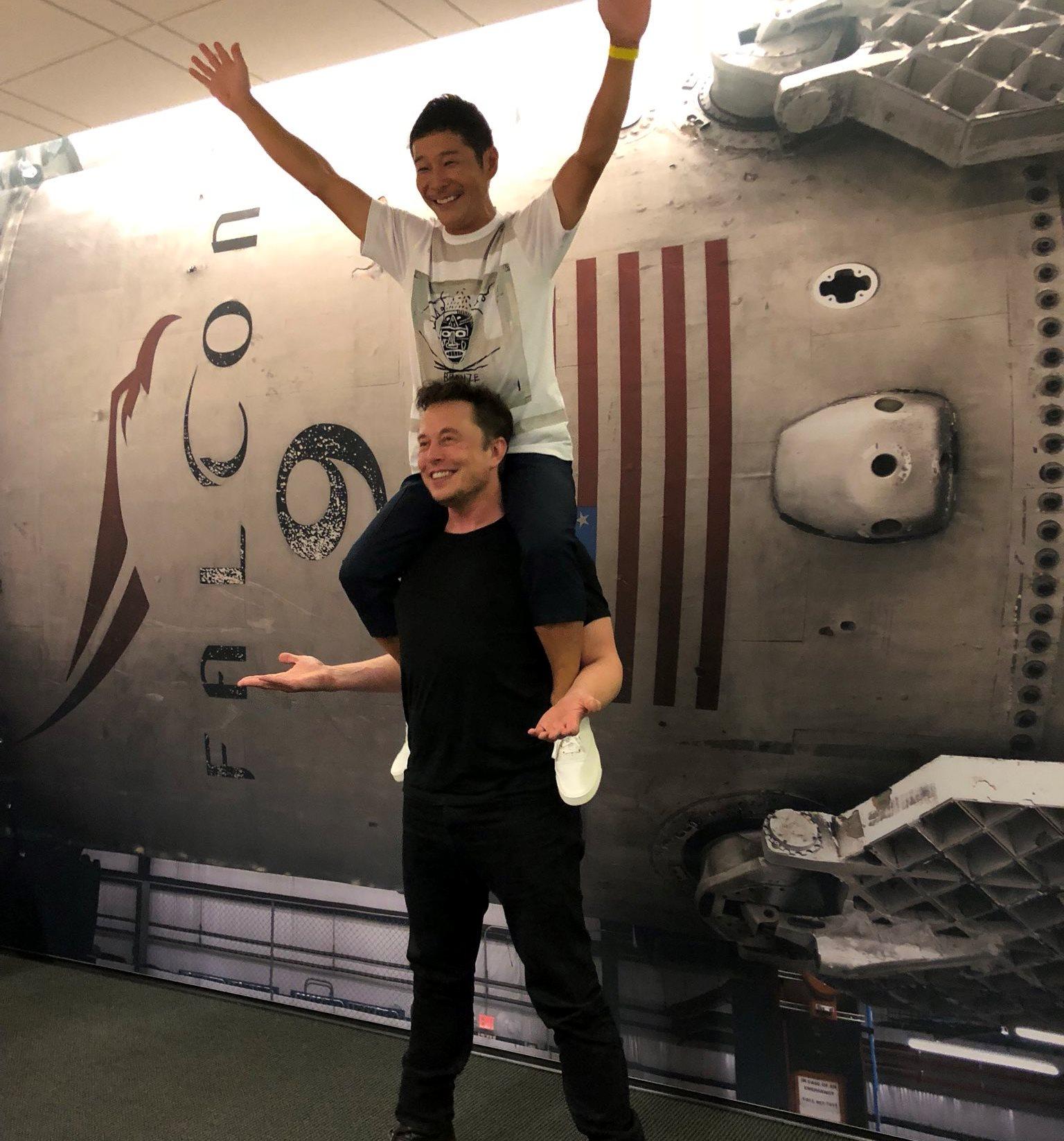 Маск и Маэдзава. Источник: twitter.com/elonmusk