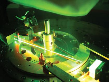 При помощи лазера удобно выравнивать аппаратуру и диагностические инструменты перед пуском Z-машины. В процессе сжатия рентгеновские лазеры зачастую используются для снятия данных. Иллюстрация: Sandia National Laboratories
