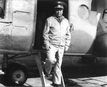 Заместитель командующего ВВС КВО по армейской авиации полковник Б. Нестеров после очередного полета над ЧАЭС. Май 1986 г.