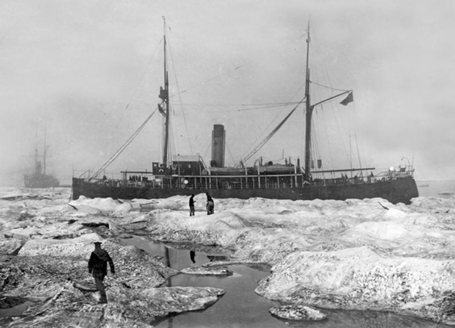 Ледокольные пароходы «Таймыр» и «Вайгач» во время арктической экспедиции