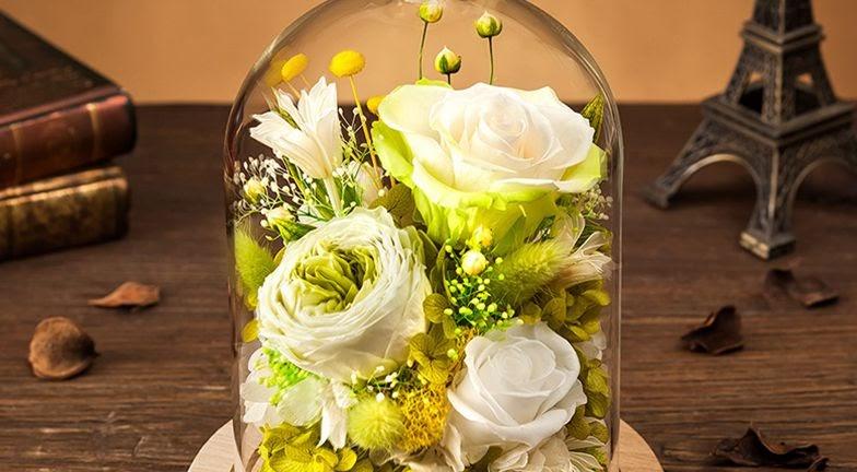 Розы в колбе — самый популярный сувенир из стабилизированных растений