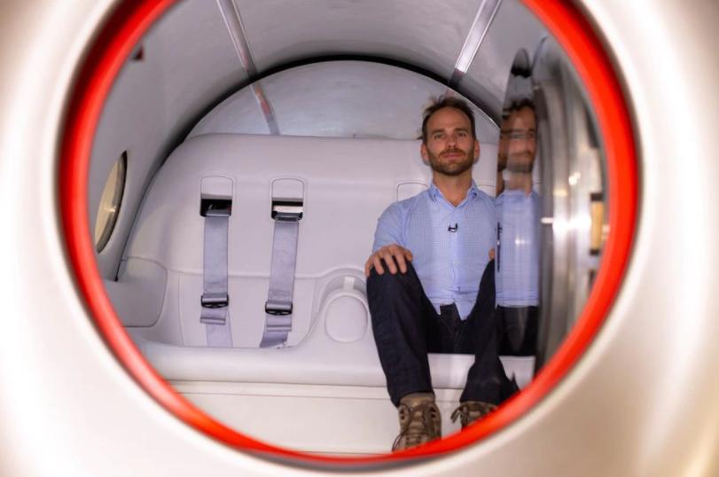 Джош Гигель внутри капсулы. REUTERS / Mike Blake