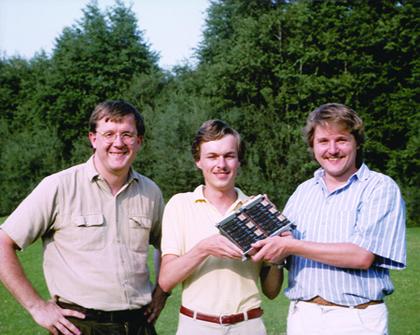 Клаус Шультен, Гельмут Грубмюллер, and Гельмут Геллер и одна из плат самодельного суперкомпьютера,1988.
