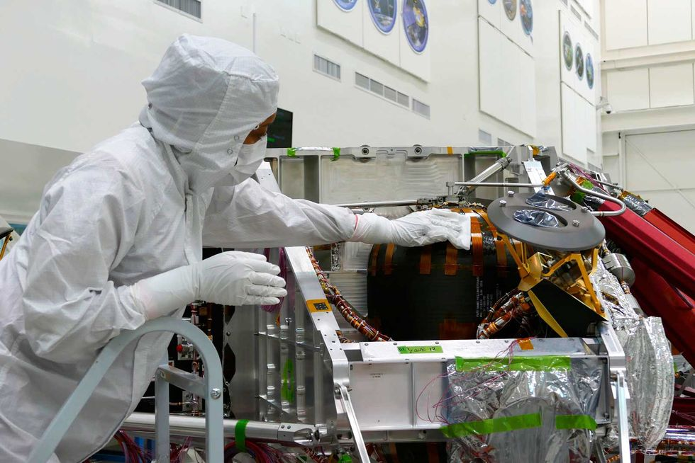 """Очистка аппаратуры от микробов является частью стратегии по ограничению количества земных микробов, которые неизбежно отправятся на Марс во время миссии NASA """"Марс-2020 Perseverance""""."""