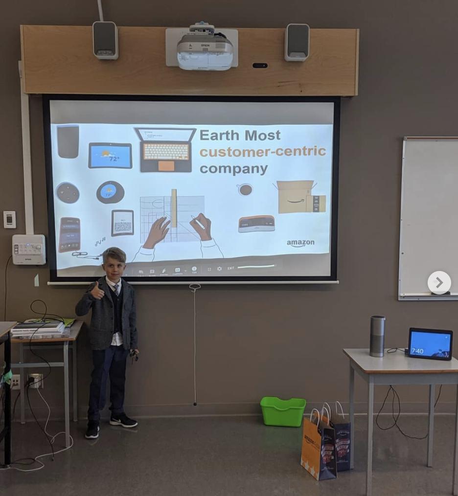 Рассказываем старшеклассникам вместе про Alexa и раздаем Alexa за самые лучшие вопросы. Сын делает демонстрацию продукта. Жалко сейчас пандемия и все онлайн, скучно:(
