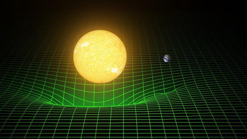 Гравитационное движение Земли вокруг Солнца не связано с невидимым гравитационным притяжением, но лучше описывается свободным падением Земли в искривлённом пространстве, большая часть кривизны которого порождается Солнцем. Кратчайшее расстояние между двумя точками не прямая линия, а геодезическая: кривая линия, которая определяется гравитационной деформацией пространства-времени. Проходя через такое искривлённое пространство, Земля испускает гравитационные волны (LIGO/T. PYLE)