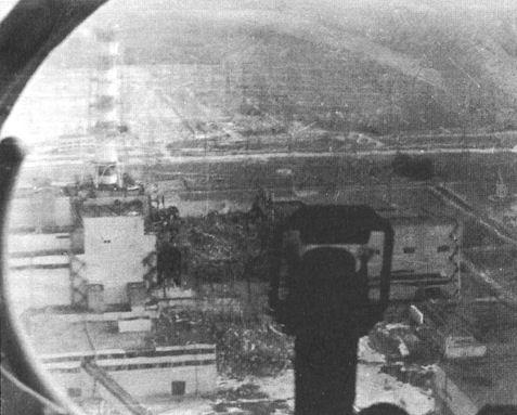 Разрушенный 4-й энергоблок, снятый с рабочего места Ми-6 подполковника А.В. Костенко. 9 мая 1986 г.
