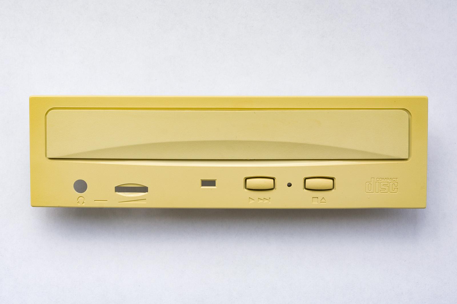 Рис. 8. Привод CD-ROM с аппаратными кнопками. Когда-то я делал на основе такого проигрыватель