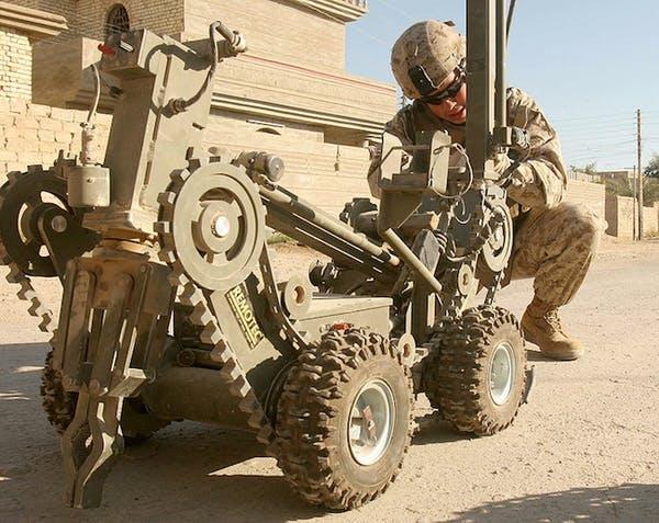 Военный робот по обезвреживанию бомб похожий на «Бумер»