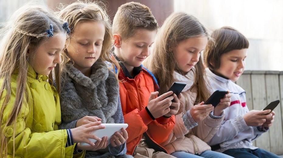 Роспотребнадзор запретил школьникам использовать смартфоны для обучения