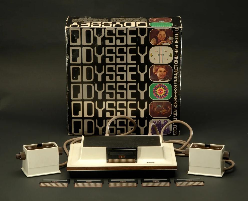 Коммерческая версия приставки и несколько игровых картриджей