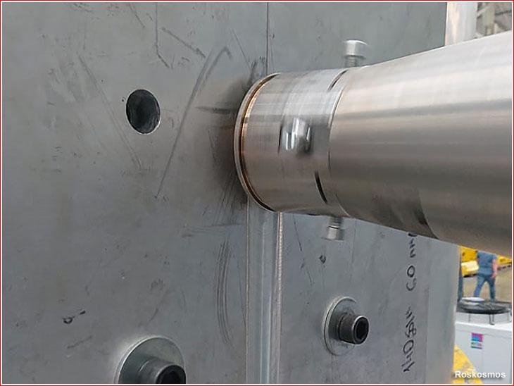 Сварка продольного шва на сегменте бака ракеты «Союз-5» во время испытаний сварочной оснастки на заводе ЗАО