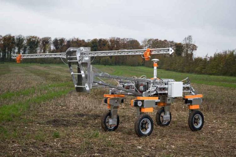 Агро-дрон компании Small Robot Company (Великобритания). Им не управляют из космоса. Пока что не управляют