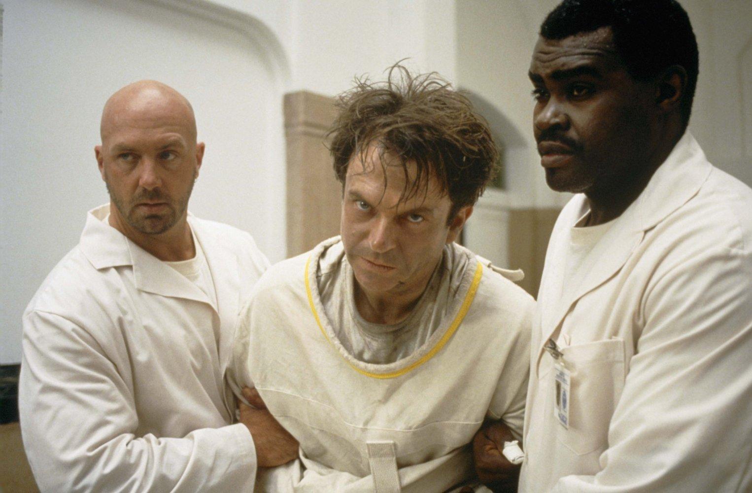 """Кадр из фильма Джона Карпентера — """"в пасти Безумия""""."""