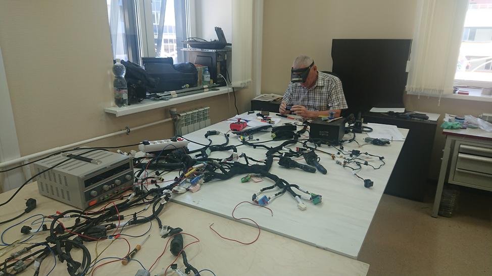Аксакал отдела автоэлектроники компании Ладуга Владимир Уколов за сборкой ЭБУ