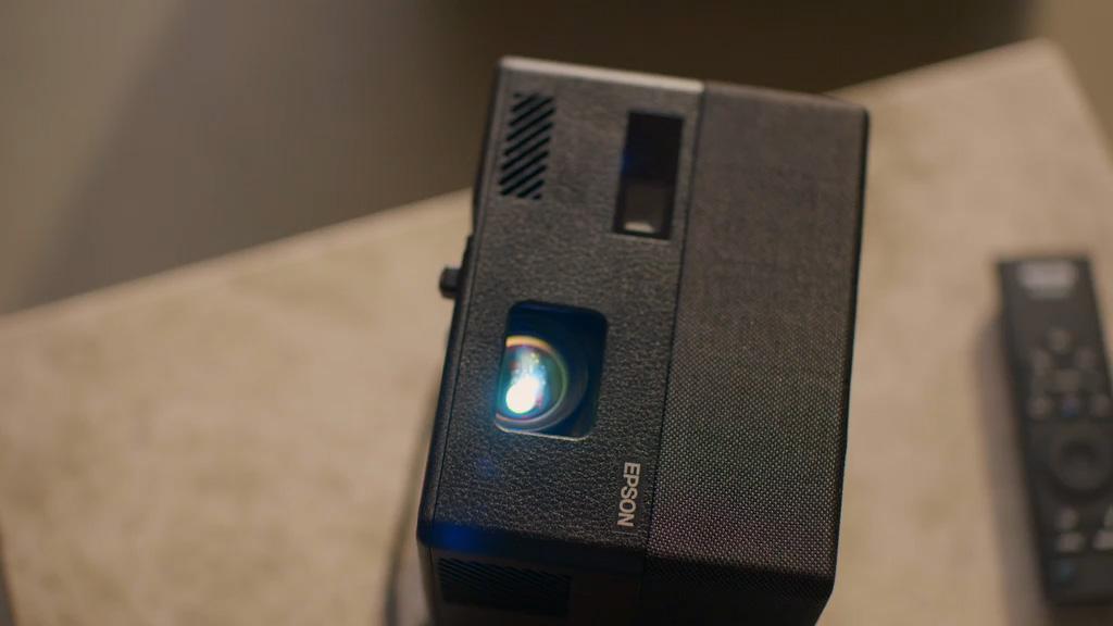 Epson EF-12 светит на потолок (расстояние до потолка = ширина изображения)