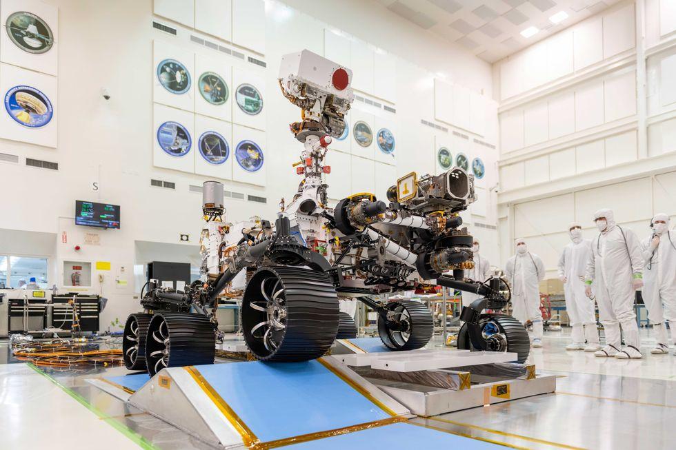 Аппарат Марс-2020 Perseverance в чистой комнате Лаборатории реактивного движения NASA в г. Пасадене, штат Калифорния.